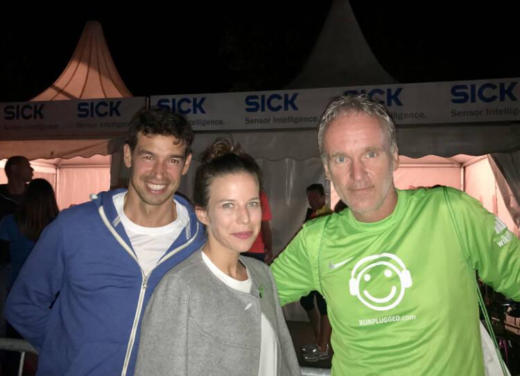 Michael Oplustil, Tiana Majstorovic (beide IR Uniqa) mit Christian Drastil im wikifolio Runplugged Shirt